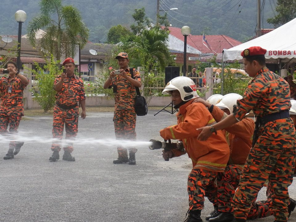 Demonstrasi Memadam Api Oleh Ahlia Dan Penyelamat Sukarela Taman